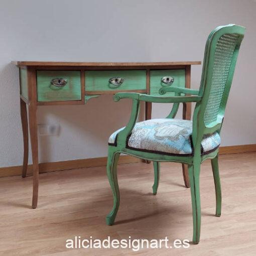 Conjunto escritorio y sillón de madera maciza Esperanza, restaurado y decorado por Qustomizart - Taller de decoración de muebles antiguos Madrid. Muebles de colores, productos y cursos.