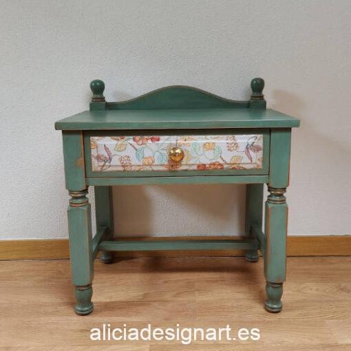 Mesilla de madera maciza Provenza, restaurado y decorado por Qustomizart - Taller de decoración de muebles antiguos Madrid. Muebles de colores, productos y cursos.