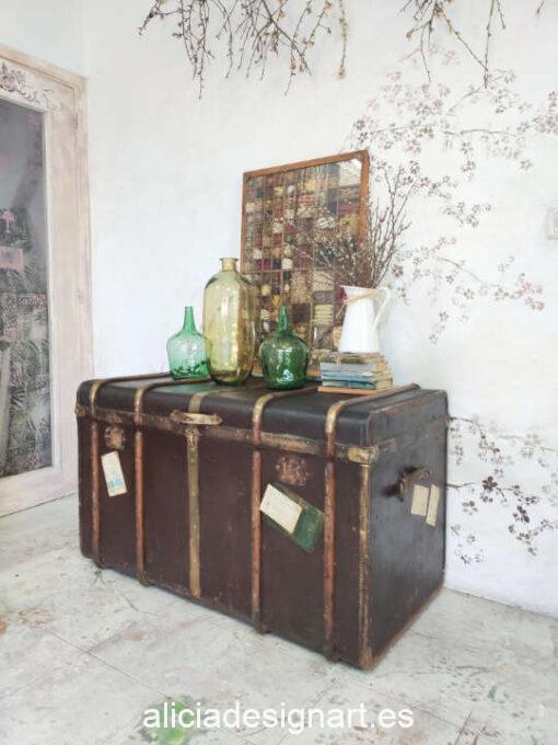 Gran baúl antiguo indiano de viaje de madera maciza decorado con stencil en el interior - Taller de decoración de muebles antiguos Alicia Designart Madrid. Muebles de colores, productos y cursos.