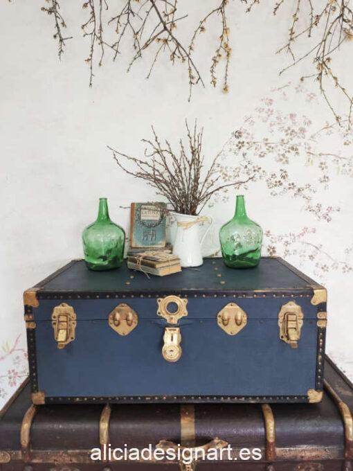 Baúl antiguo vintage de madera maciza y metal en el exterior, decorado con découpage - Taller de decoración de muebles antiguos Alicia Designart Madrid. Muebles de colores, productos y cursos.