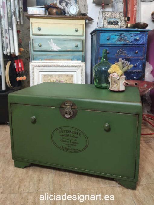 Baúl antiguo vintage de madera maciza, decorado por encargo en verde con medallón - Taller de decoración de muebles antiguos Alicia Designart Madrid. Muebles de colores, productos y cursos.