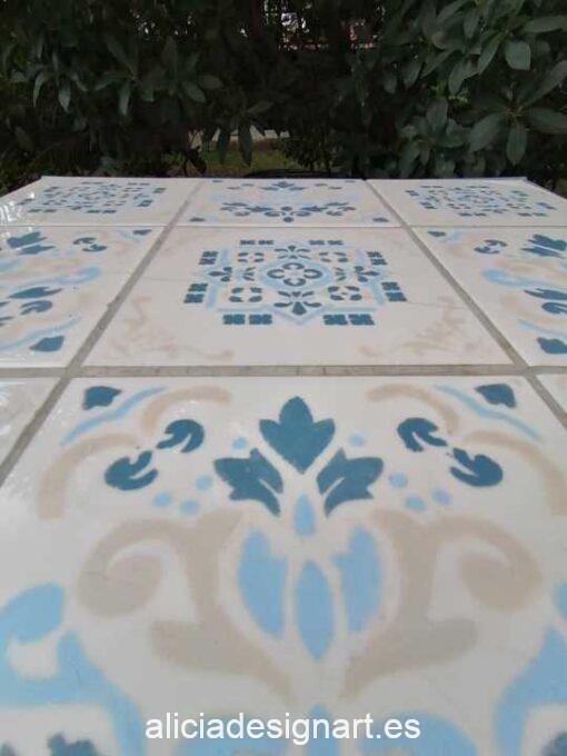 Mesa auxiliar Setúbal decorada con trampantojo de azulejos y stencil, por Pintando Sueños - Taller de decoración de muebles antiguos Madrid. Muebles de colores, productos y cursos.