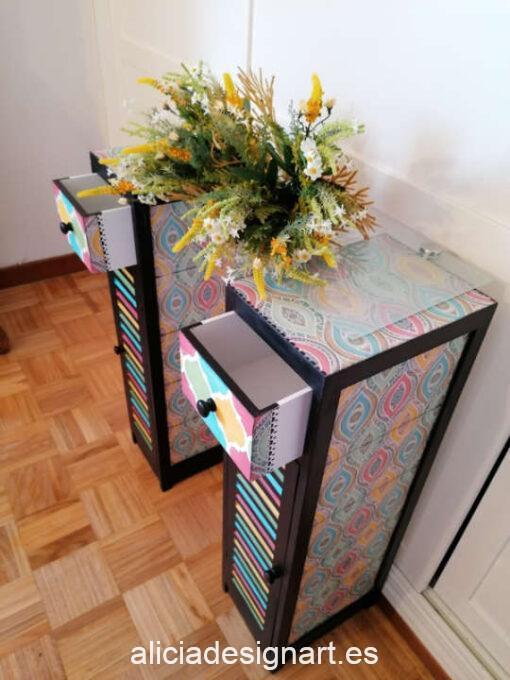 Mesitas auxiliar Thelma & Louise restauradas y decoradas, por enContraste - Taller de decoración de muebles antiguos Madrid. Muebles de colores, productos y cursos.
