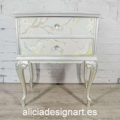 Mesita vintage con dos cajones decorada en plata Silver Reyson, por Pintando Sueños - Taller de decoración de muebles antiguos Madrid. Muebles de colores, productos y cursos.