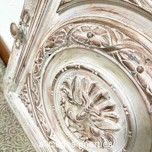 Puerta cuadro con cara de león decorada estilo Shabby Chic por Qustomizart - Taller de decoración de muebles antiguos Madrid. Muebles de colores, productos y cursos.
