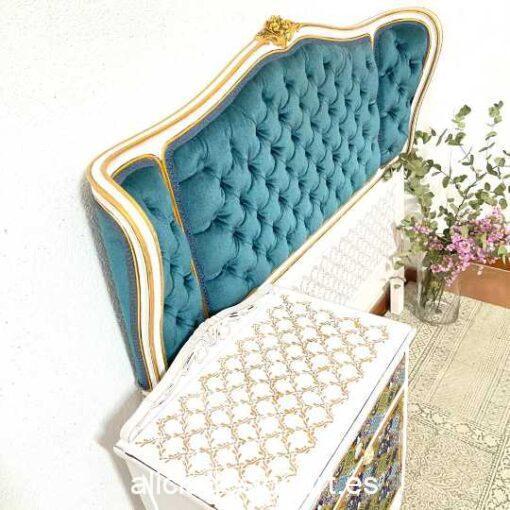 Conjunto dormitorio Patricia con cabecero y mesilla, restaurada y decorada por Qustomizart - Taller de decoración de muebles antiguos Madrid. Muebles de colores, productos y cursos.