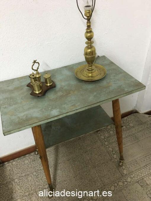 Mesa auxiliar Alberto, restaurada y decorada por Qustomizart - Taller de decoración de muebles antiguos Madrid. Muebles de colores, productos y cursos.