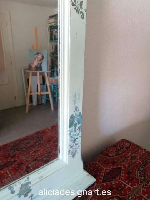 Espejo vintage Maggie de madera de pino decorado estilo romántico, por Sastralum - Taller de decoración de muebles antiguos Madrid. Muebles de colores, productos y cursos.