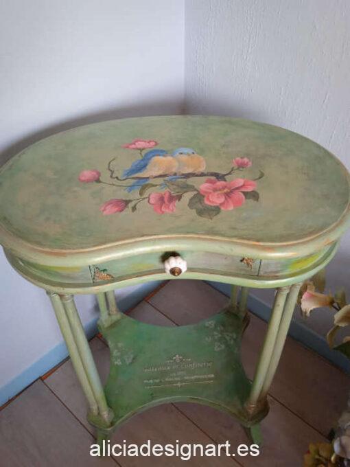 Mesilla antigua de riñón con sobre pintado a mano alzada estilo romántico, por Sastralum - Taller de decoración de muebles antiguos Madrid. Muebles de colores, productos y cursos.