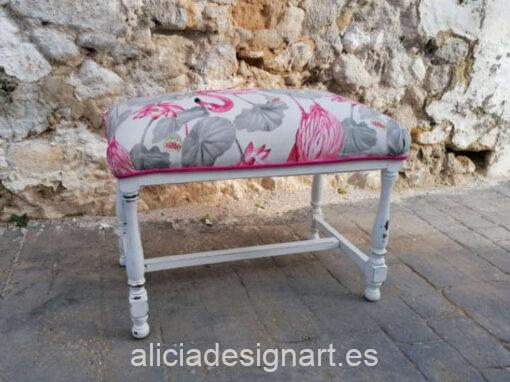 """Escabel """"Flamencos"""" de madera maciza decorado estilo Shabby blanco, por Sastralum - Taller de decoración de muebles antiguos Madrid. Muebles de colores, productos y cursos."""