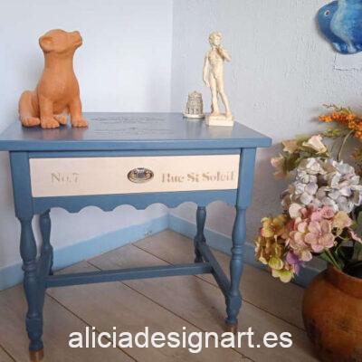 """Mesita antigua """"Megan"""" de madera maciza decorada en azul y blanco, por Sastralum - Taller de decoración de muebles antiguos Madrid. Muebles de colores, productos y cursos."""