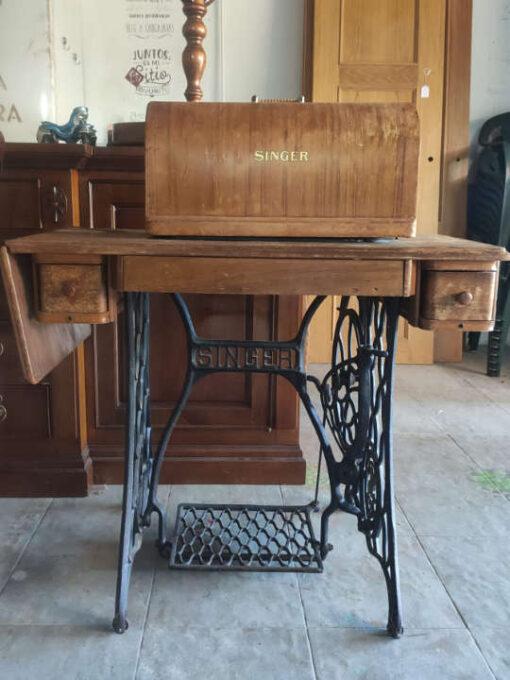 Máquina de coser decorada por encargo - Taller de decoración de muebles antiguos Madrid. Muebles de colores, productos y cursos.