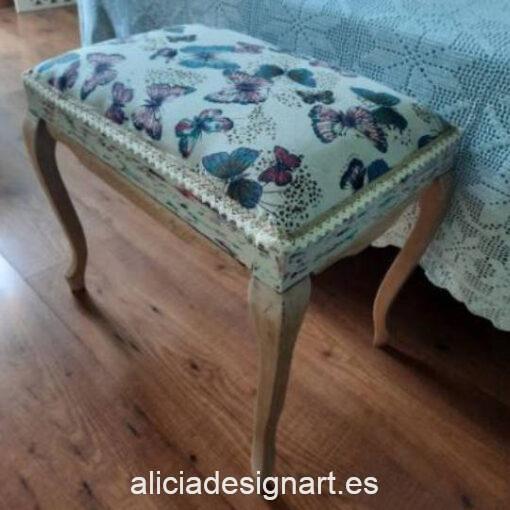 Banqueta descalzadora antigua Butterfly, restaurada y decorada a mano, por Con H de Horacio - Taller de decoración de muebles antiguos Madrid. Muebles de colores, productos y cursos.