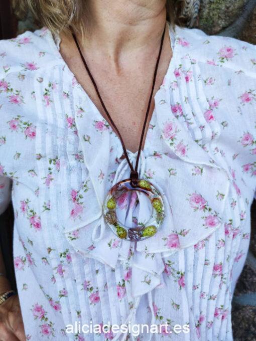 Medallón aro con flores de cardo y azafrán, de la colección de joyería creativa y ecológica de Alicia Domínguez López - Taller de decoración de muebles antiguos Alicia Designart Madrid