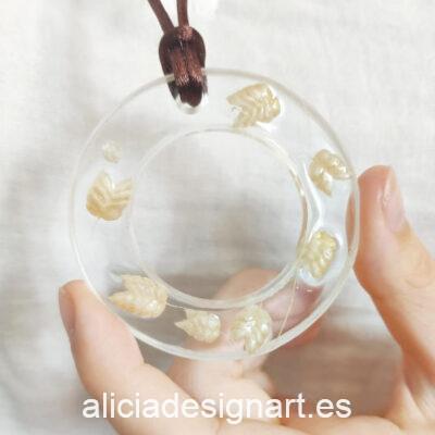 Medallón aro con espigas silvestres de la colección de joyería creativa y ecológica de Alicia Domínguez López - Taller de decoración de muebles antiguos Alicia Designart Madrid