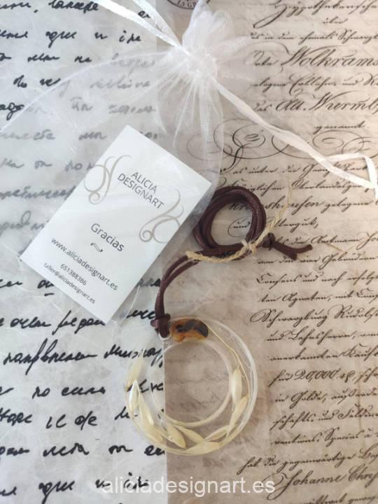 Medallón aro con espigas silvestres y ambar, de la colección de joyería creativa y ecológica de Alicia Domínguez López - Taller de decoración de muebles antiguos Alicia Designart Madrid