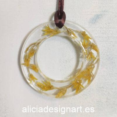 Medallón aro con flores silvestres amarillas, de la colección de joyería creativa y ecológica de Alicia Domínguez López - Taller de decoración de muebles antiguos Alicia Designart Madrid
