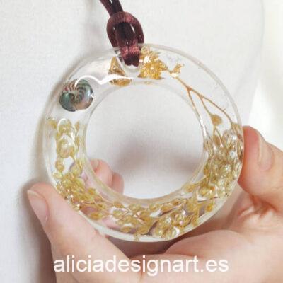 Medallón aro con flores silvestres, caracolito de mar y pan de oro, de la colección de joyería creativa y ecológica de Alicia Domínguez López - Taller de decoración de muebles antiguos Alicia Designart Madrid
