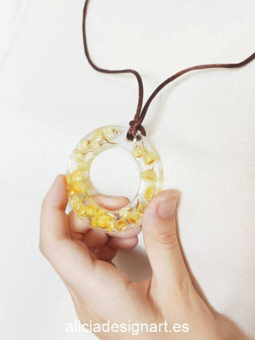 Medallón aro con flores de siempreviva silvestre, de la colección de joyería creativa y ecológica de Alicia Domínguez López - Taller de decoración de muebles antiguos Alicia Designart Madrid