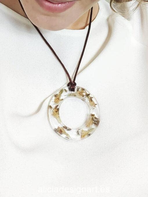 Medallón aro con lirios y semillas silvestres de la colección de joyería creativa y ecológica de Alicia Domínguez López - Taller de decoración de muebles antiguos Alicia Designart Madrid