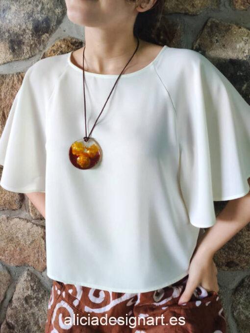 Medallón redondo con azafrán y especies, de la colección de joyería creativa y ecológica de Alicia Domínguez López - Taller de decoración de muebles antiguos Alicia Designart Madrid