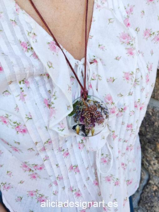 Medallón redondo floral con brezo asturiano y lavanda, de la colección de joyería creativa y ecológica de Alicia Domínguez López - Taller de decoración de muebles antiguos Alicia Designart Madrid