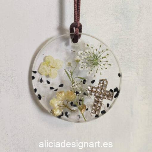 Medallón redondo con flores y cruz, de la colección de joyería creativa y ecológica de Alicia Domínguez López - Taller de decoración de muebles antiguos Alicia Designart Madrid