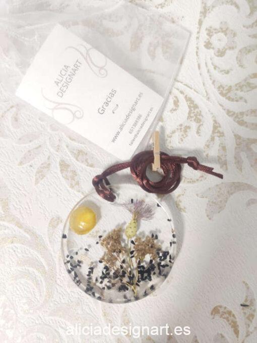 Medallón redondo con flor de cardo, de la colección de joyería creativa y ecológica de Alicia Domínguez López - Taller de decoración de muebles antiguos Alicia Designart Madrid