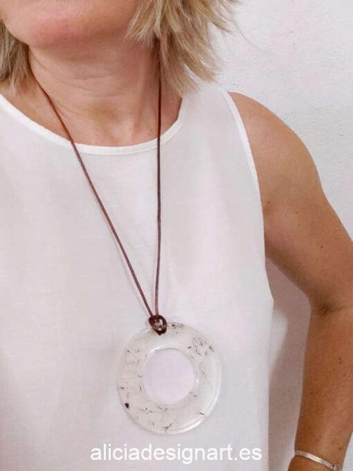 Medallón aro con flores de diente de leon, de la colección de joyería creativa y ecológica de Alicia Domínguez López - Taller de decoración de muebles antiguos Alicia Designart Madrid
