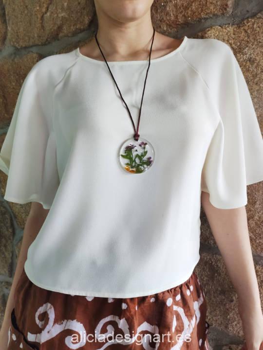 Medallón redondo floral alegre con ámbar, de la colección de joyería creativa y ecológica de Alicia Domínguez López - Taller de decoración de muebles antiguos Alicia Designart Madrid
