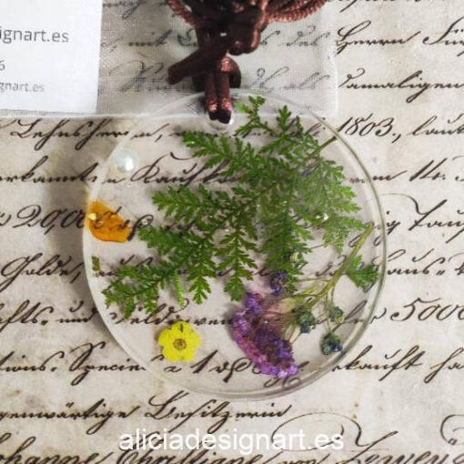Medallón redondo floral con helecho y ámbar, de la colección de joyería creativa y ecológica de Alicia Domínguez López - Taller de decoración de muebles antiguos Alicia Designart Madrid
