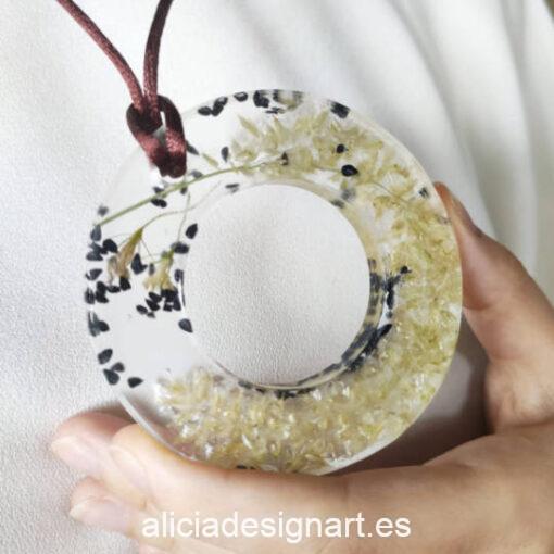 Medallón aro con flores y semillas silvestres negras, de la colección de joyería creativa y ecológica de Alicia Domínguez López - Taller de decoración de muebles antiguos Alicia Designart Madrid
