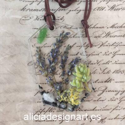 Colgante hexagonal con liquen, suculenta, lavanda y cristales, de la colección de joyería creativa y ecológica de Alicia Domínguez López - Taller de decoración de muebles antiguos Alicia Designart Madrid