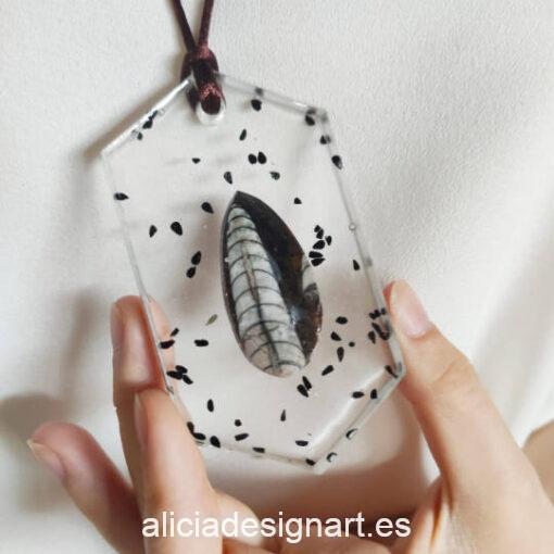 Colgante hexagonal con piedra y semillas, de la colección de joyería creativa y ecológica de Alicia Domínguez López - Taller de decoración de muebles antiguos Alicia Designart Madrid