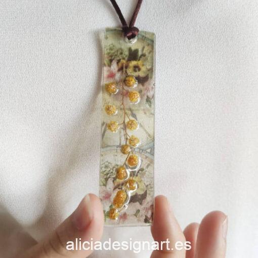 Colgante lingote con flores de mimosa, de la colección de joyería creativa y ecológica de Alicia Domínguez López - Taller de decoración de muebles antiguos Alicia Designart Madrid