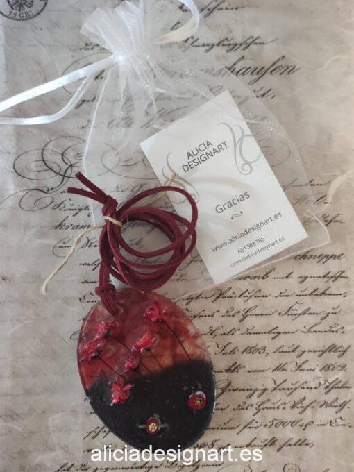 Colgante ovalado con flores rojas preservadas, de la colección de joyería creativa y ecológica de Alicia Domínguez López - Taller de decoración de muebles antiguos Alicia Designart Madrid