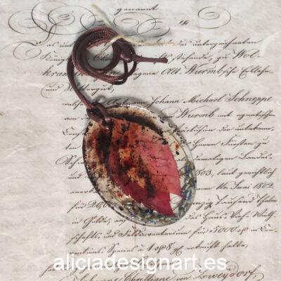 Colgante ovalado con hojas, lavanda y especies, de la colección de joyería creativa y ecológica de Alicia Domínguez López - Taller de decoración de muebles antiguos Alicia Designart Madrid