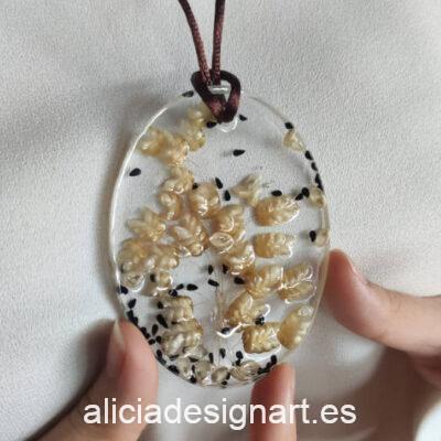 Colgante ovalado con semillas, de la colección de joyería creativa y ecológica de Alicia Domínguez López - Taller de decoración de muebles antiguos Alicia Designart Madrid