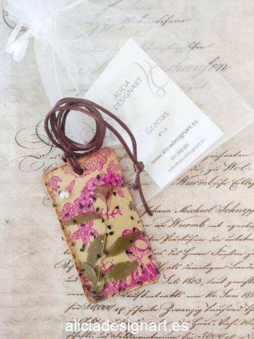 Colgante rectangular con flores secas sobre papel de seda y perla, de la colección de joyería creativa y ecológica de Alicia Domínguez López - Taller de decoración de muebles antiguos Alicia Designart Madrid