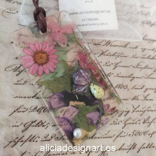 Colgante rectangular con flores secas sobre papel de arroz y perla, de la colección de joyería creativa y ecológica de Alicia Domínguez López - Taller de decoración de muebles antiguos Alicia Designart Madrid