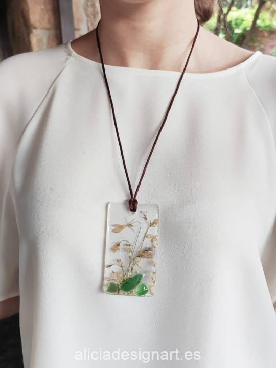 Colgante rectangular con composición minimalista, de la colección de joyería creativa y ecológica de Alicia Domínguez López - Taller de decoración de muebles antiguos Alicia Designart Madrid