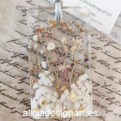 Colgante rectangular con flores silvestres, cristales marinos y perla, de la colección de joyería creativa y ecológica de Alicia Domínguez López - Taller de decoración de muebles antiguos Alicia Designart Madrid