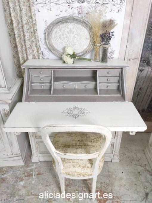 Mesa escritorio vintage con puerta abatible Louis decorada estilo Shabby Chic con stencil y molduras - Taller de decoración de muebles antiguos Madrid. Muebles de colores, productos y cursos.