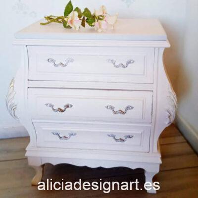 Mesitas antiguas de madera maciza estilo bombées decoradas con stencil por Sastralum - Taller de decoración de muebles antiguos Madrid. Muebles de colores, productos y cursos.
